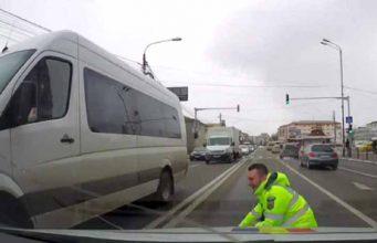 poliţist care salvează un câine:
